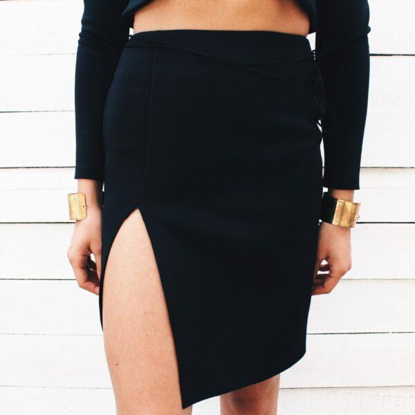 nunu czarna spódnica z wysokim wycięciem