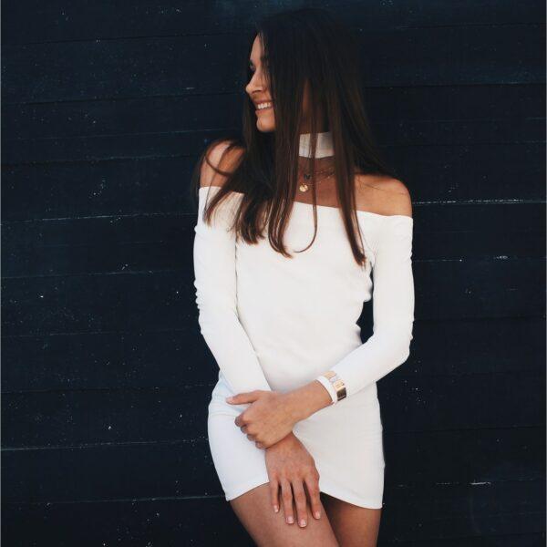 nunu biała przylegająca sukienka z odkrytymi ramionami i długim rękawem