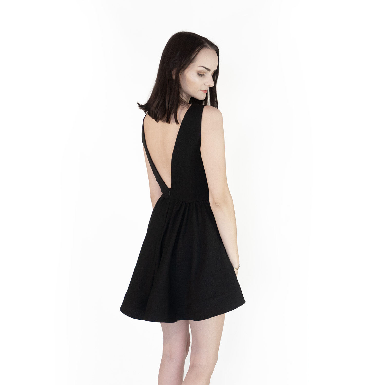 Czarna rozkloszowana sukienka z wycięciami i krótszymi bokami